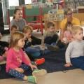 Kinderkrippen-Kinder und die Bibliothek im Mai 2019