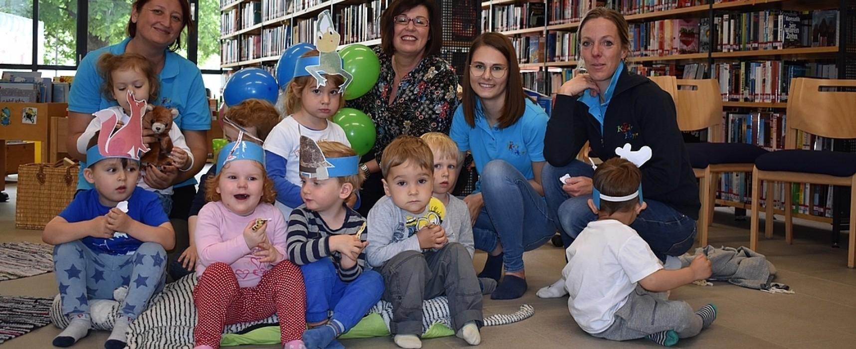 Kinderkrippenkinder in der Bibliothek